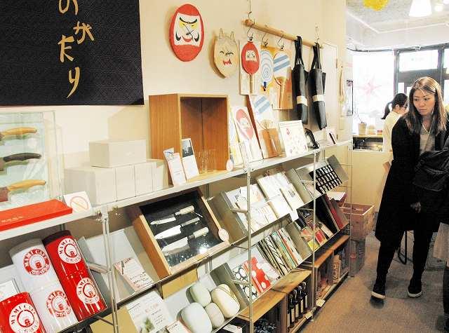 越前和紙や越前打刃物など越前ものづくり塾から生まれた商品が並ぶコーナー=8日、金沢市広坂1丁目の「gift」