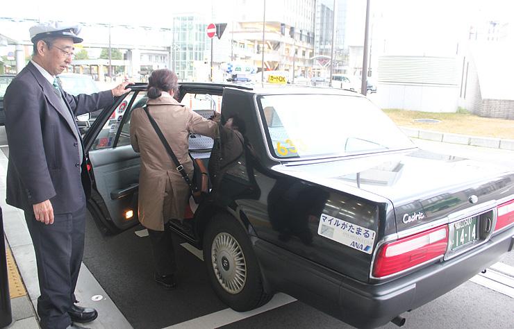 利用客を迎える高岡交通の乗務員。4月のプラン開始に向け、おもてなし意識の向上に努めている