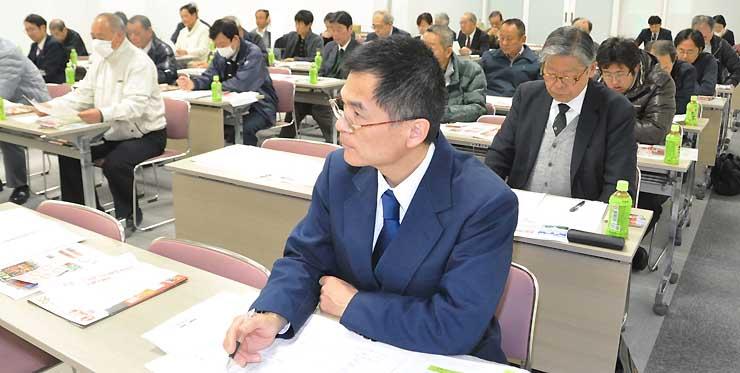 「旅タク信州上田」のガイド研修を受けるタクシー乗務員=1日、上田市内