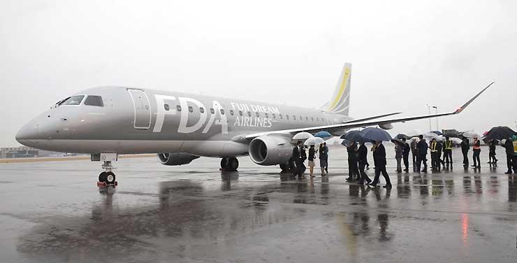 愛知県営名古屋空港に到着した銀色のFDA10号機
