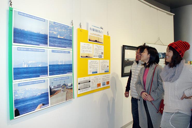 写真と解説で冬型蜃気楼を紹介したパネル展