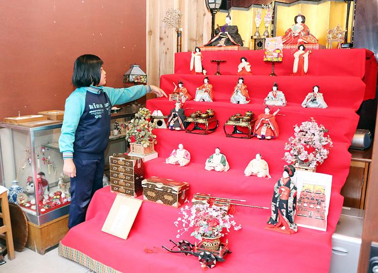 京都の名匠、大木平蔵作の明治時代の人形を飾った室崎家=木舟町