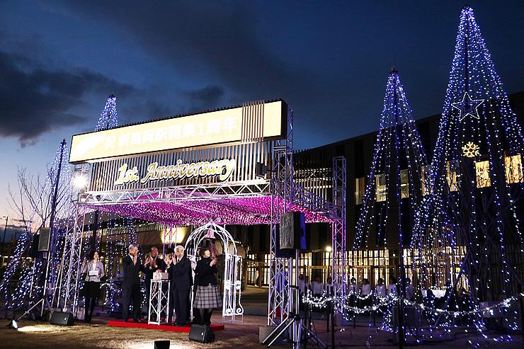 北陸新幹線開業1周年を前に点灯されたイルミネーション=JR新高岡駅