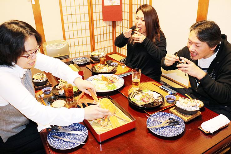 カニづくしの料理を笑顔で味わう来店客=割烹松山