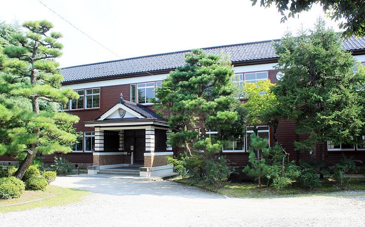 昭和初期の面影を残す田中小学校旧本館=滑川市加島町
