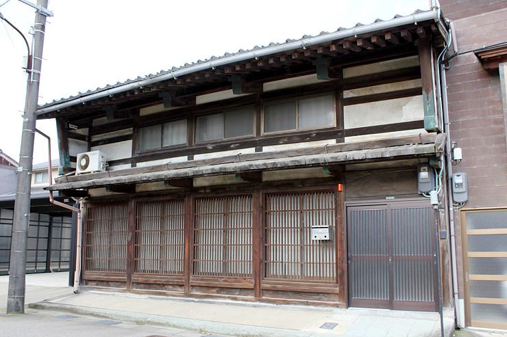 厚板ぶきのひさし、袖壁などが特徴の金作家住宅=高岡市内免