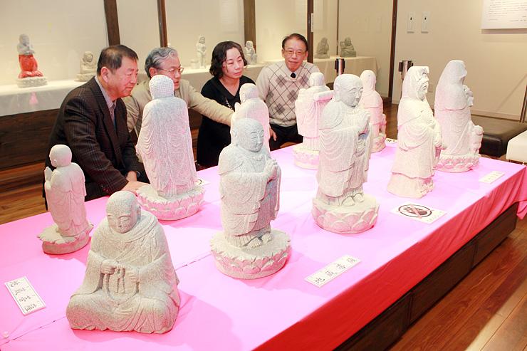 12日に始まる企画展の会場。水本さんが制作した石仏などが並ぶ