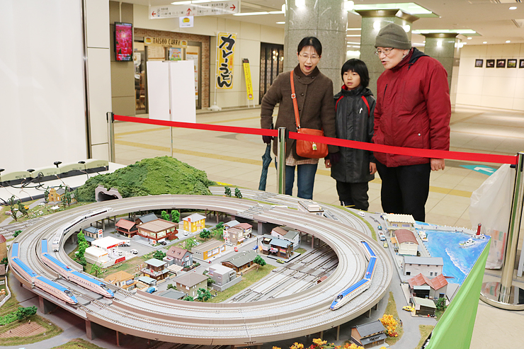 北陸新幹線の鉄道模型などが走るジオラマ