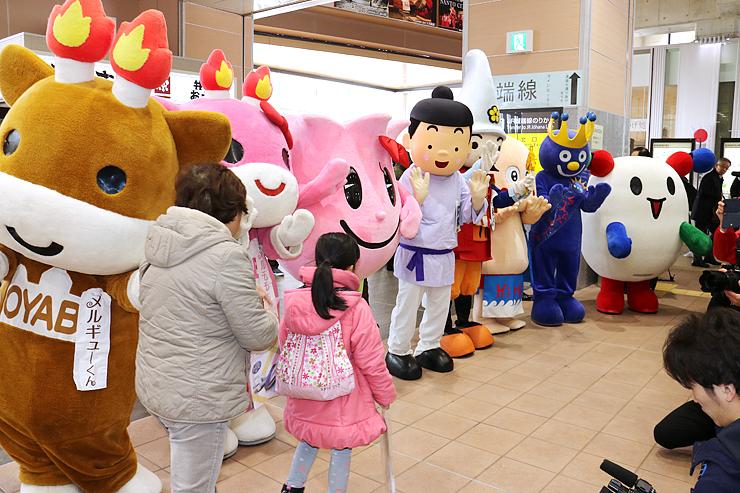 北陸新幹線で到着した人を出迎える県西部のご当地キャラ=新高岡駅