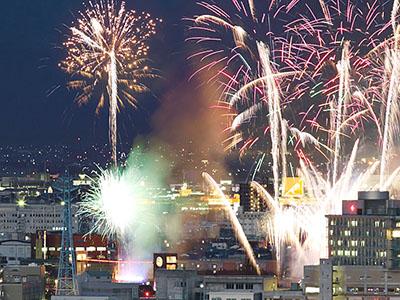 春の夜空に花火1200発 新幹線開業2年目へ幕開け