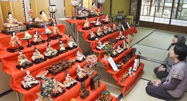 年代の違う段飾りなどが並ぶひな人形展=福井県小浜市鹿島の小浜町並み保存資料館