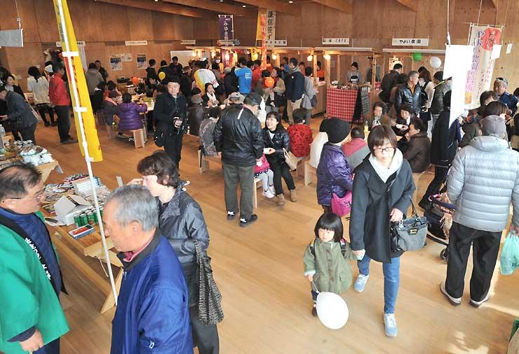 地域の特産品販売などでにぎわったイベント会場=飯山市文化交流館なちゅら