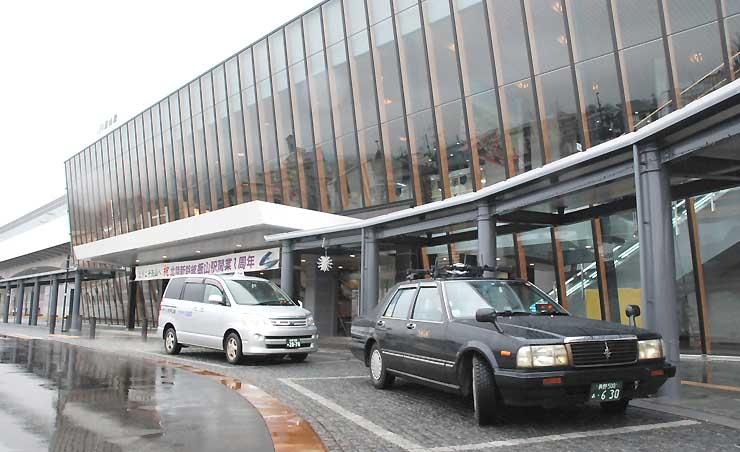 新幹線飯山駅で客待ちをするタクシー。同駅で降りて山ノ内町に向かう宿泊者は、料金の補助が受けられる=14日、飯山市