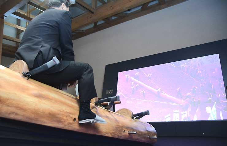 木落し体験装置に試乗する青木町長。最大で斜度15度まで傾く