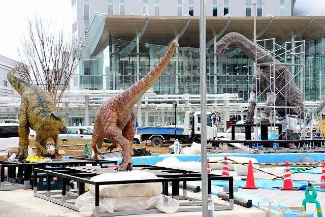 西口広場に戻った3体の恐竜モニュメント=15日、福井市の同広場