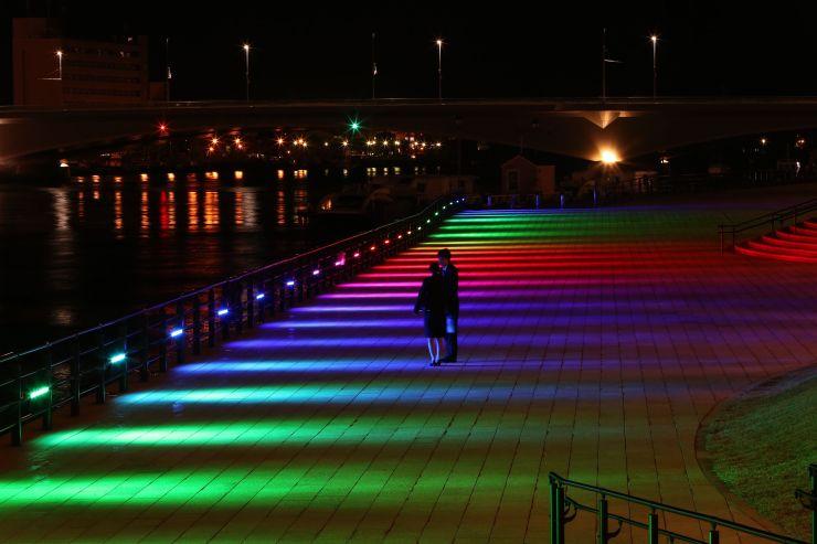 多彩な光でライトアップされた信濃川右岸=15日、新潟市中央区