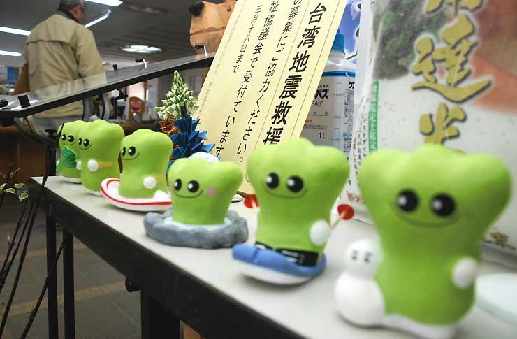 野沢温泉村役場玄関近くに飾ってある「ナスキー」の土人形