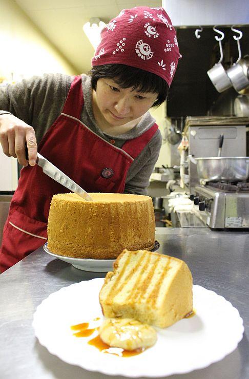清野憂さんが考案し、農家レストランで販売している豆乳ケーキ=小千谷市岩沢