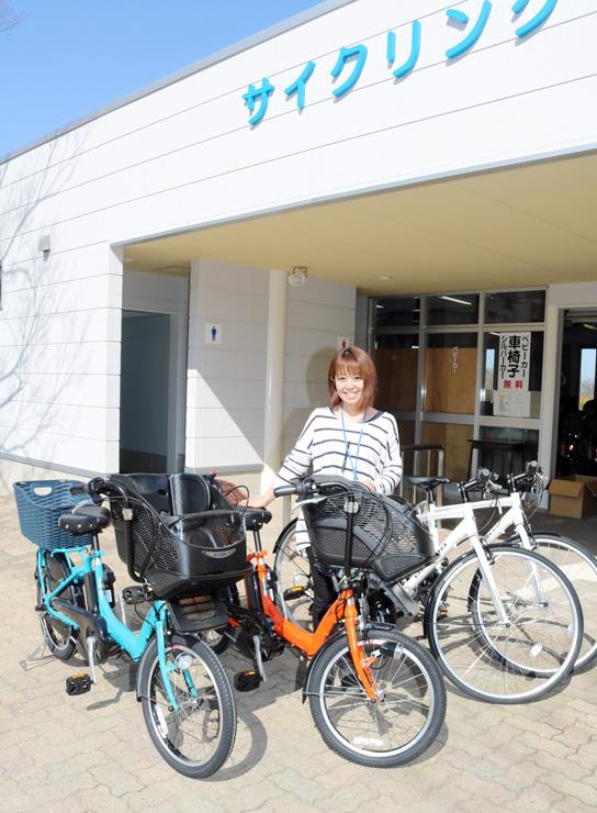 改修されたトイレ(奥)と新たに導入された自転車