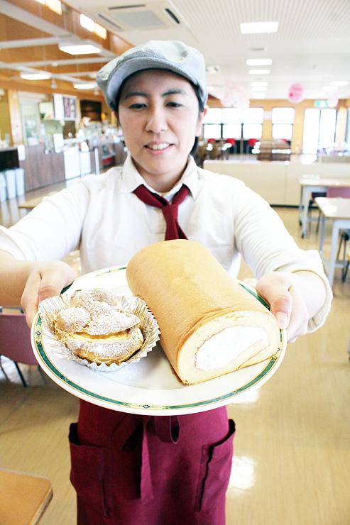新開発した「MOO MOOロールケーキ」(右)とシュークリーム
