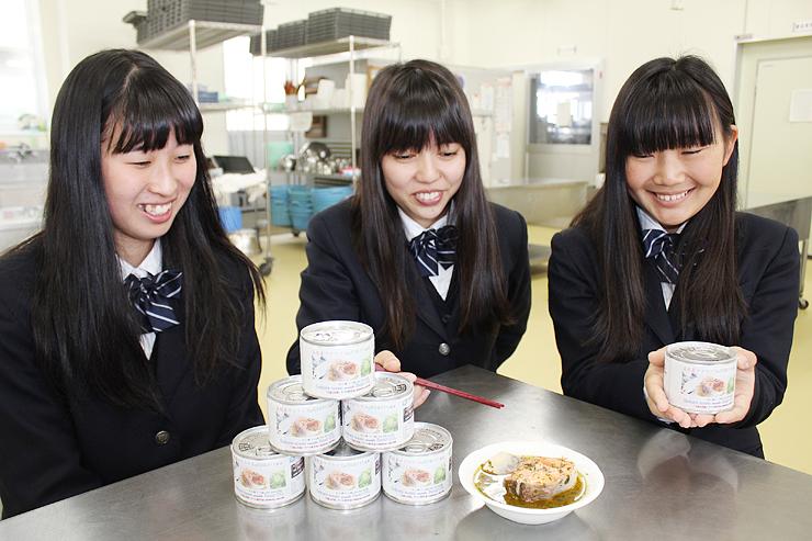 缶詰をPRする(左から)中島さん、松林さん、寺西さん