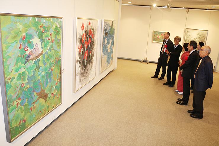 味わい深い色彩の日本画が並ぶ会場=南砺市福野文化創造センター