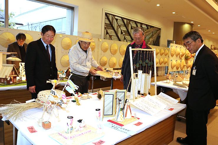 多彩なスゲ細工などが並ぶ「菅笠展覧会・コンテスト」の会場=高岡市ふくおか総合文化センター