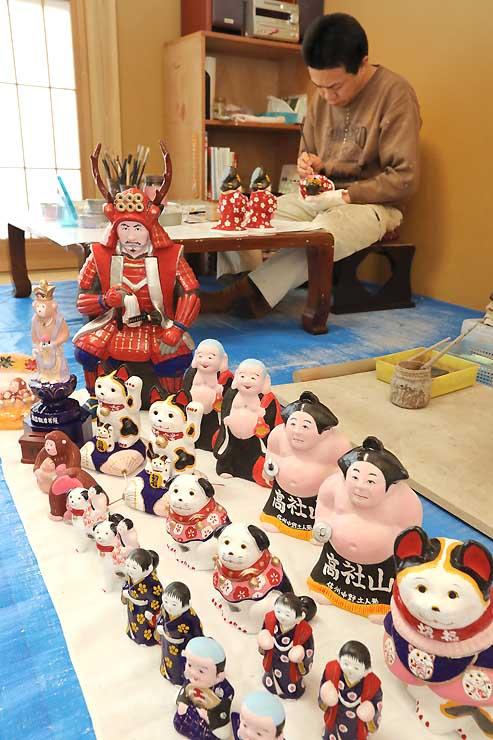 「中野ひな市」に向けて作られている中野土人形=18日、中野市笠原