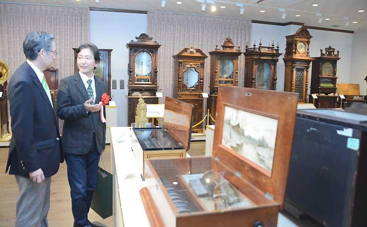 古典オルゴールを展示した2階を見学する安芸さん(右)