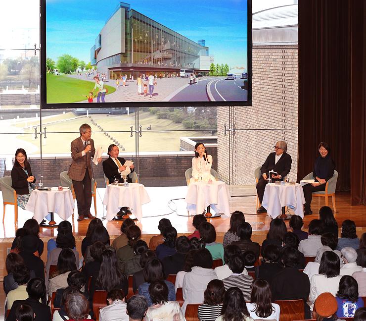 篠原さん(右から3人目)と共に、富山県美術館の魅力を語り合う県立近代美術館の学芸員ら=県民共生センター
