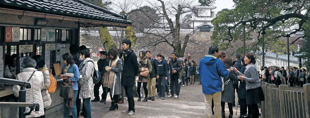 3連休の2日目、観光客の列ができた桂坂口=兼六園