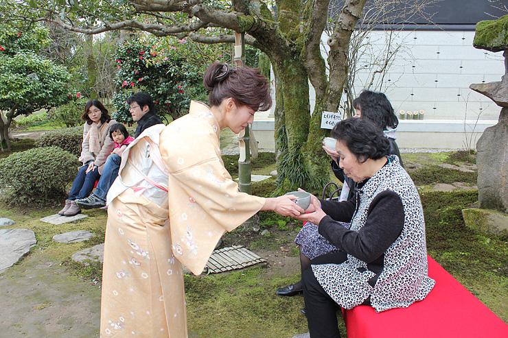 来場者が春の一服を楽しんだ「梅園茶会」
