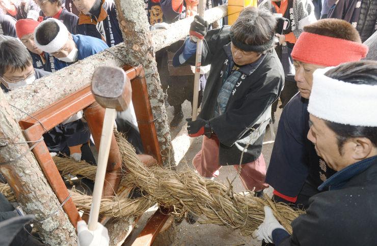 フジの根を使って綱を作る氏子たち