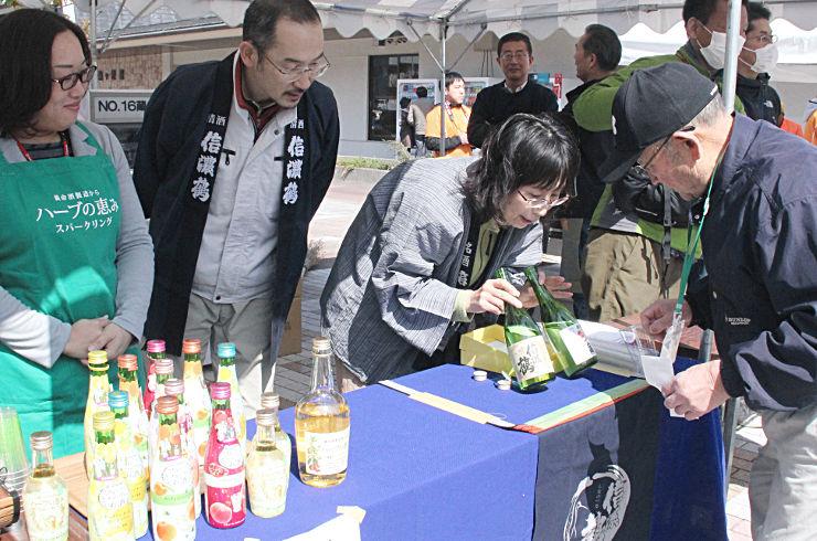 駒ケ根駅前広場に地元の酒が並んだ「プチ美酒フェスタ」