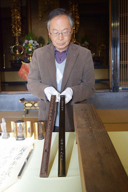 約680年間秘蔵された畑時能のものと伝わる鉄笛や守り本尊など=福井県あわら市伊井の応蓮寺