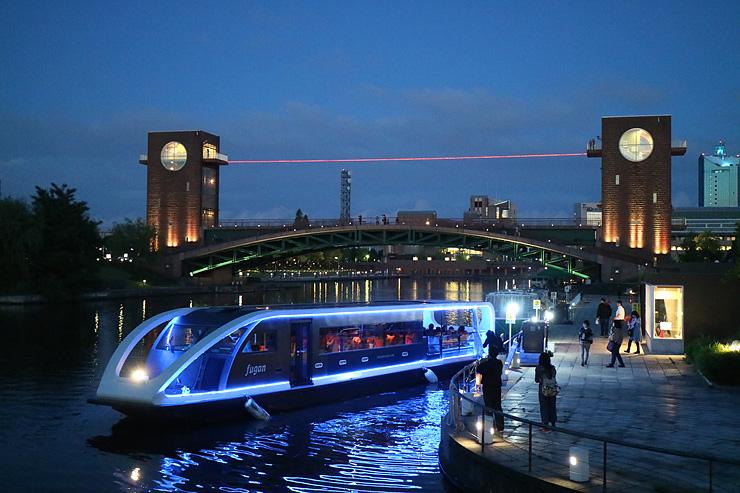 昨年のイベント時に夜間運航する「fugan」=富岩運河環水公園