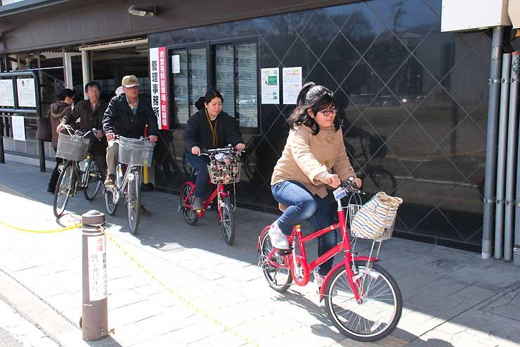 レンタサイクルを借りて上田駅前の駐輪場を出発する観光客