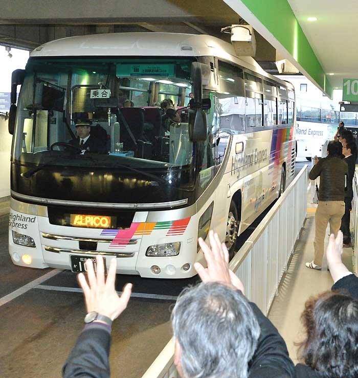 松本バスターミナルを出発する直行バスの第1便=2月6日、松本市