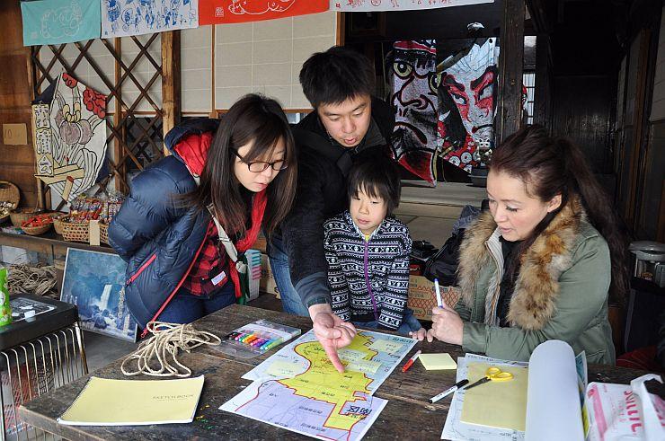 オープンした「たぬきの茶の間」でマップを作る来場者ら=新潟市南区