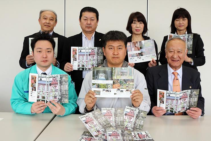 カメラ女子目線の見どころを盛り込んだ冊子を手にする検討委員会メンバー