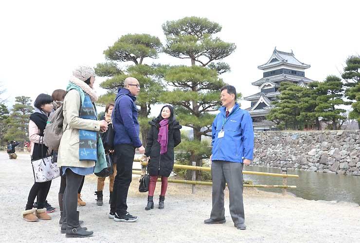 国宝松本城を訪れたアジア、ヨーロッパの旅行会社関係者ら
