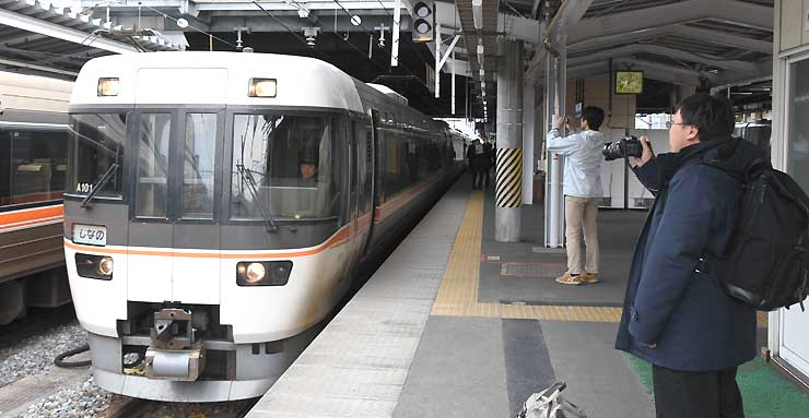 長野市のJR長野駅では、25日で運行を終える大阪行きの特急しなのを撮影する鉄道ファンらの姿も見られた=23日午後2時2分