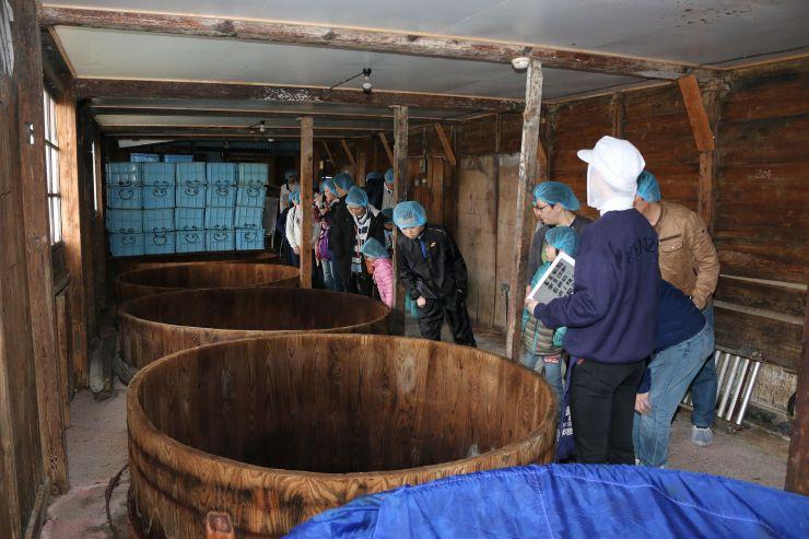 みそ蔵内部を回り、みそ仕込みもできる越後味噌醸造の体験イベント=19日、燕市吉田中町