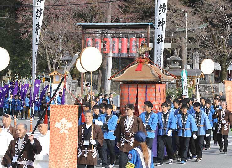 大宮諏訪神社のご神体を納めたみこしを引いて市街地を練り歩いた「神輿渡御」=24日、飯田市