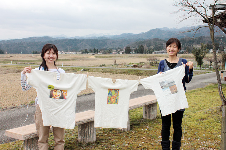 Tシャツアート展を開く四津井さん(左)と佐藤さん=立山町瀬戸新