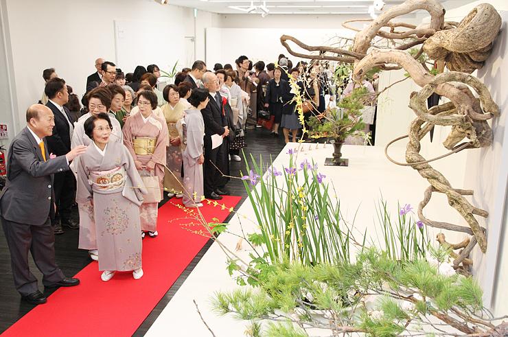池坊専永家元(左)を迎え、華やかに開幕した池坊北陸三県連合花展=県民会館