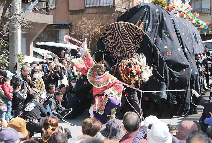 開幕したお練りまつりで、大勢の見物人に囲まれて勇壮に舞う「東野大獅子」=25日、飯田市