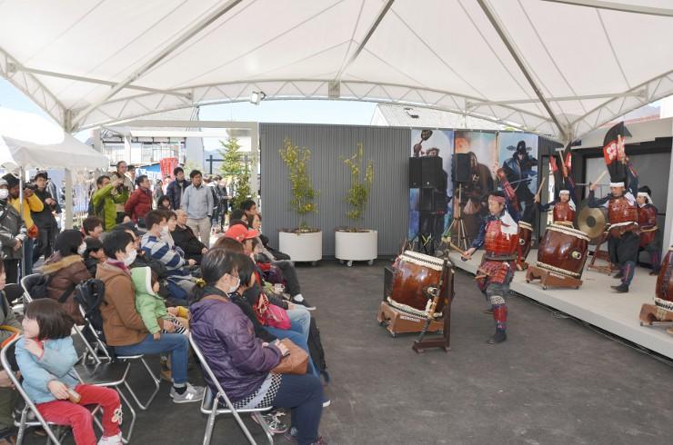 真田十勇士ガーデンプレイスのイベント広場で、和太鼓の演奏を楽しむ来場者ら