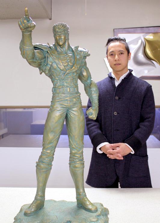 ケンシロウ像を前に「漫画の劇画的なタッチを立体に生かした」と語る清河さん=今月4日、竹中銅器