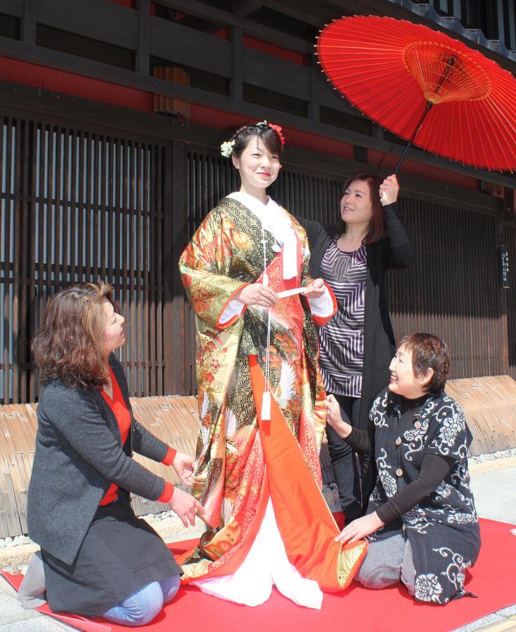 撮影リハーサルで中台さんが着る打ち掛けを整える花庵のメンバー=南砺市城端